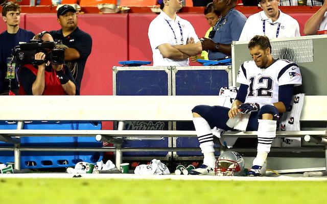 Rezignovaný Tom Brady na sideline, poté co byl koučem vystřídán v zápase proti Chiefs.