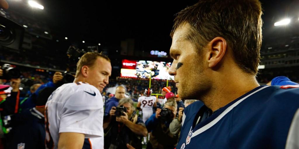 Zklamaný Peyton Manning se zdraví s Bradym po drtivé výhře Patriots nad Denverem.