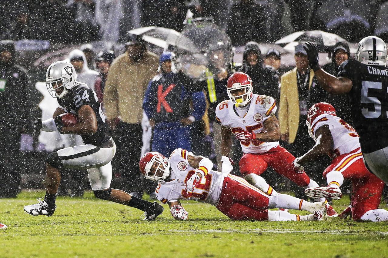 V Oaklandu hustě pršelo. Lépe se s deštěm vypořádali domácí Raiders.Foto: NFL.com