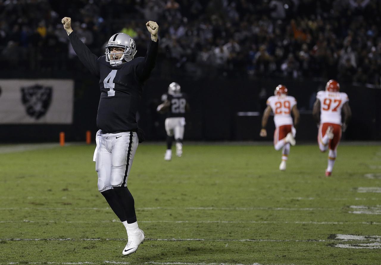 Derek Carr slaví touchdown spoluhráče Murrayho. Pro Carra šlo o první výhru v jeho NFL kariéře.Foto: NFL.com