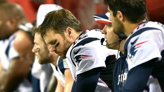 Tom Brady na sideline ostentativně ignoruje nováčka Jimmyho Garroppola těsně poté, co rookie skóroval proti Chiefs svůj první TD v NFL.