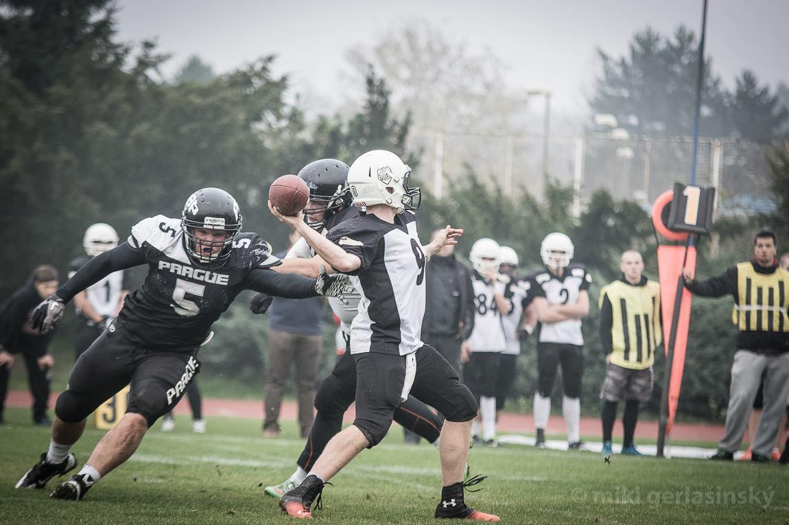 Quarterback Ostravy Steelers Michal Dudek držel svůj tým ve hře přesnými passy. Foto: Miki Gerlašinský