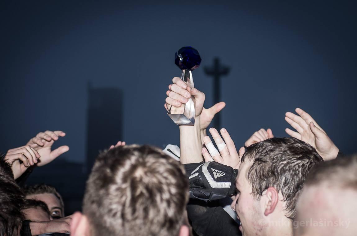 Krásná skleněná trofej pro vítěze Juniorského poháru 2014 v rukou držitelů - Prague Black Panthers. Další z cenných pohárů do bohaté sbírky PBP. Foto: Miki Gerlašinský