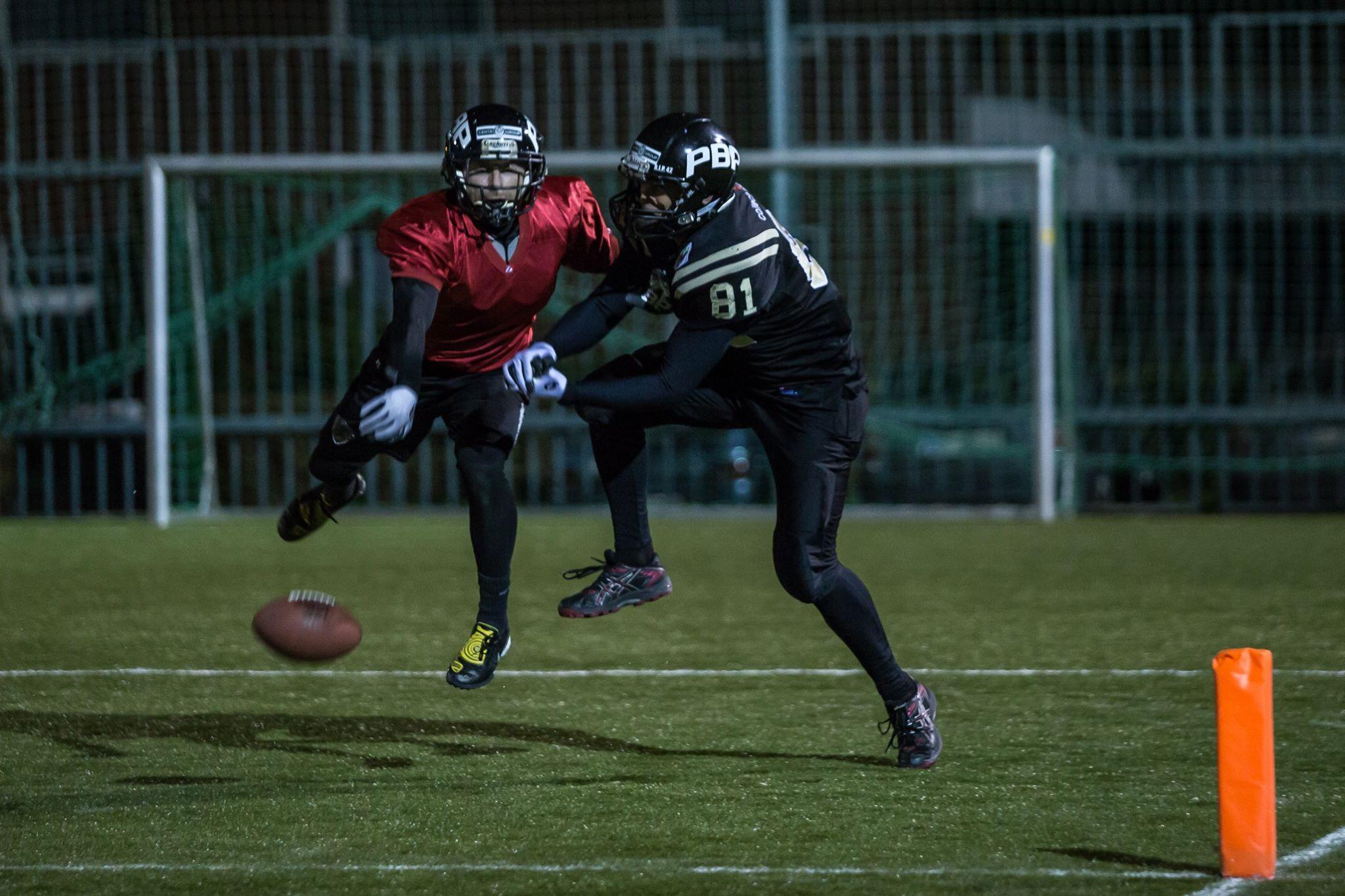 Martin Šindler (vpravo) nedokázal přes hbitého Jantoše na míč dosáhnout.Foto: Lukáš Machala