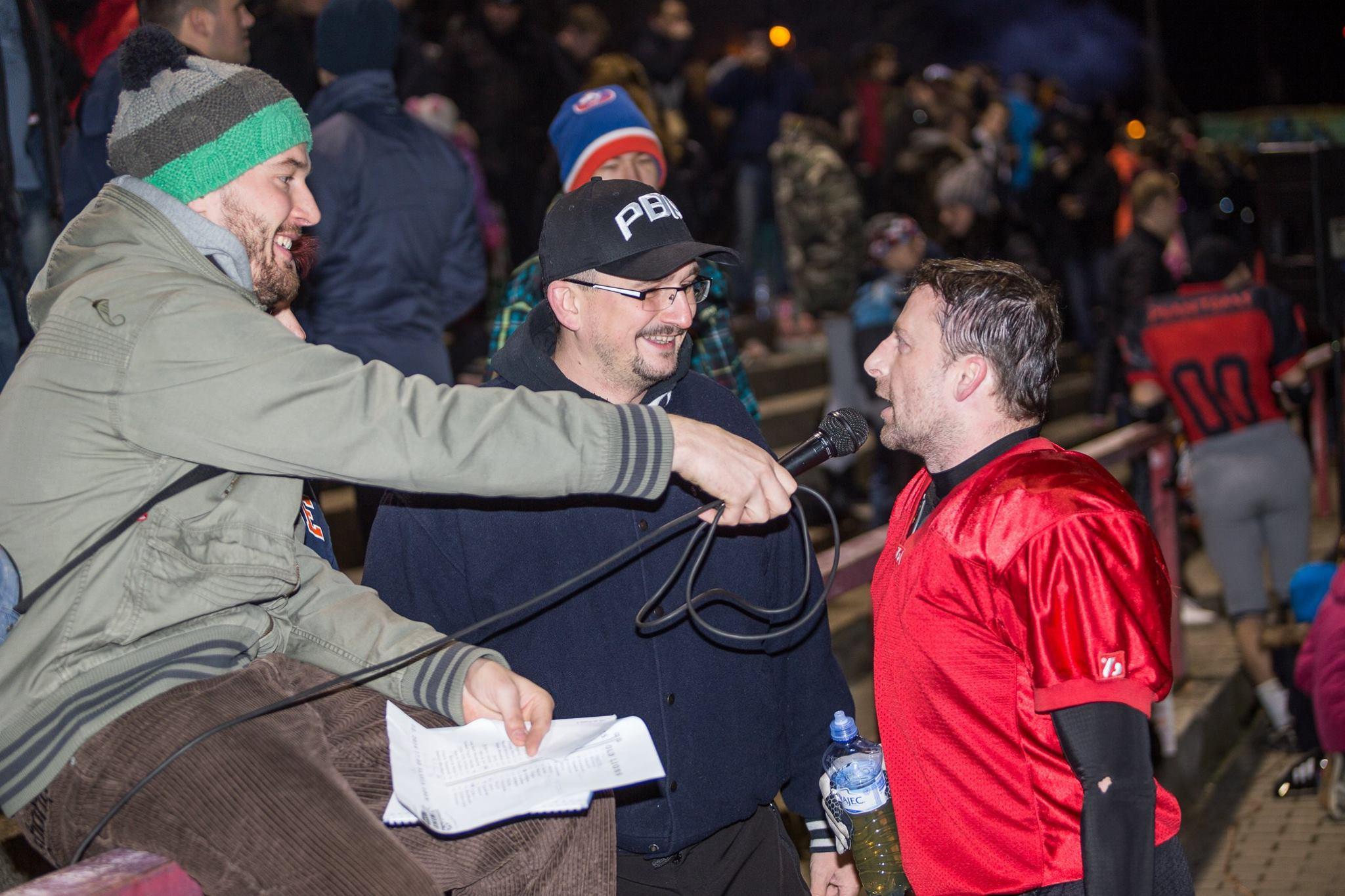 Komentátoři Jan Dundáček (vlevo) a Tomáš Křížek zpovídají o poločase Standu Jantoše.Foto: Lukáš Machala