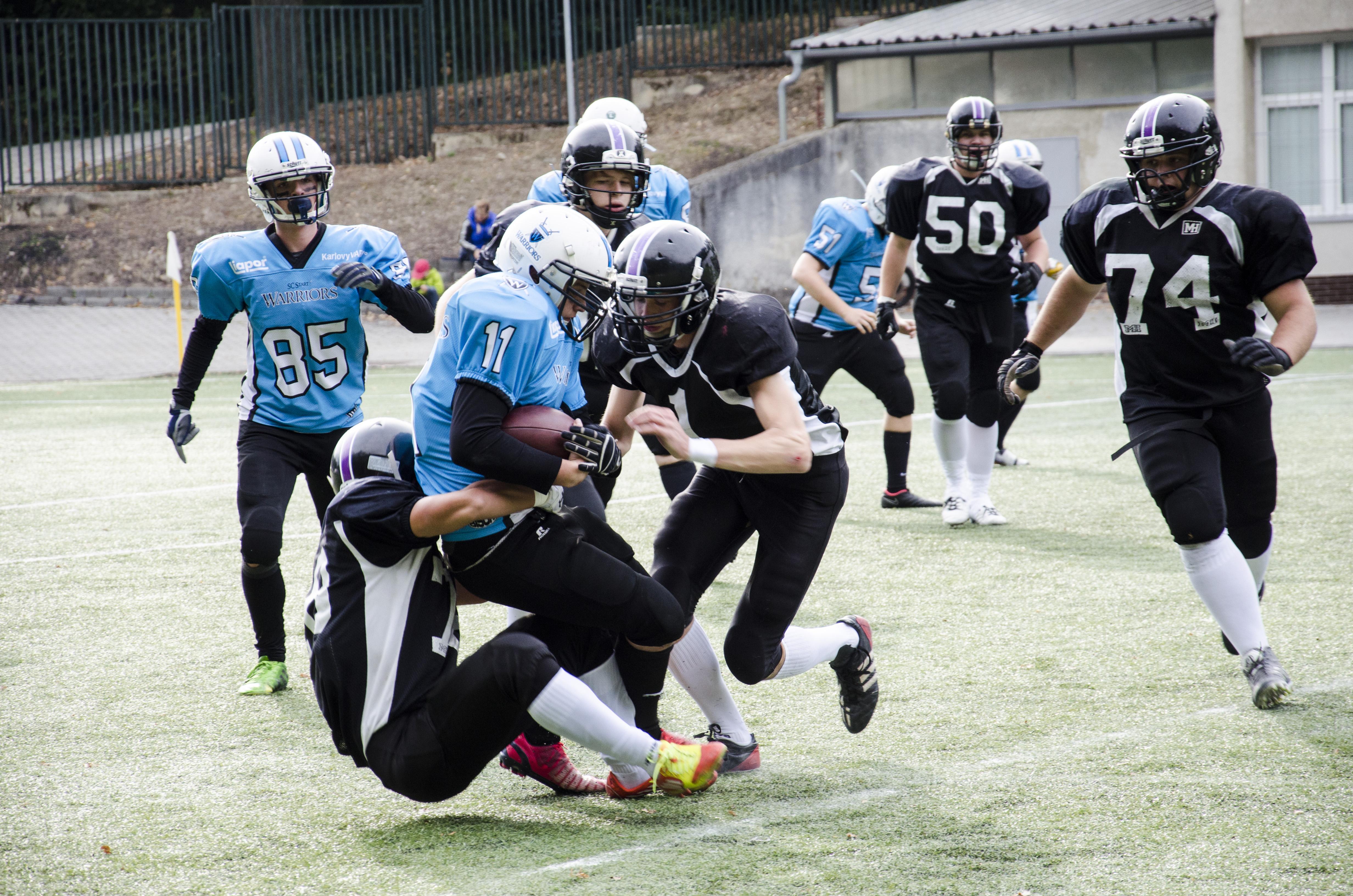 Karlovarský quarterback Josef Krnáč měl plné ruce práce s Libereckými obránci. Foto: Karlovy Vary Warriors
