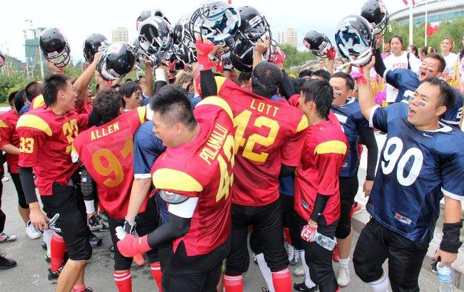 Čínští hráči při exhibičním zápasu na Harbin University of Commerce oslavují. Na hru se přišlo v roce 2012 podívat 26.000 diváků. Foto: Joe Wang