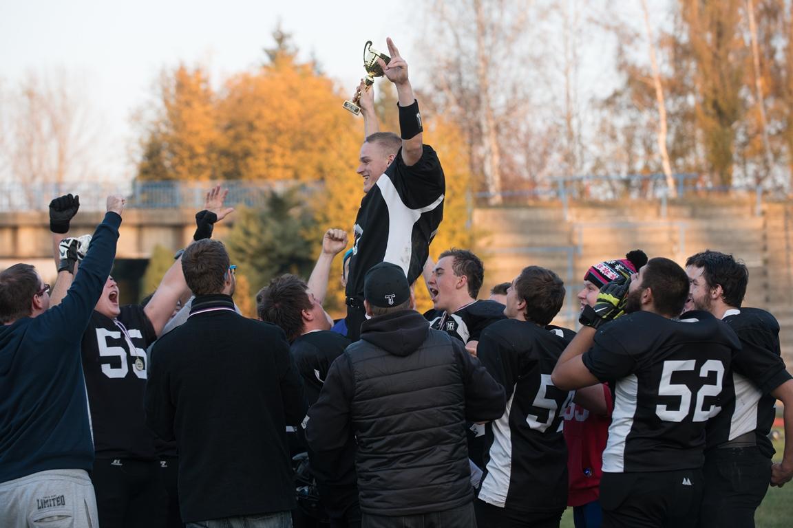 Bilance 4-0 a zasloužený pohár nad hlavu zdvihají Titans. Foto: Kateřina Macečková
